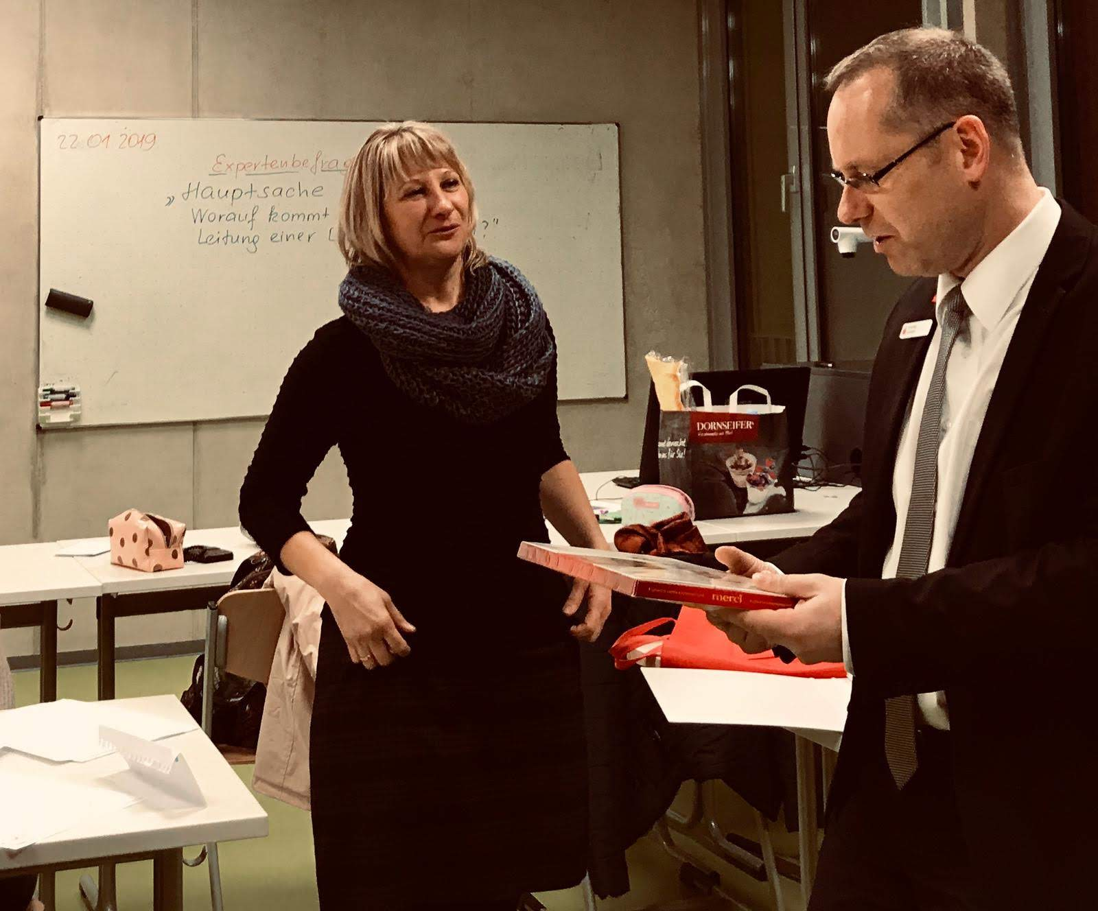 Herr Vahland und Frau Barg im Gespräch