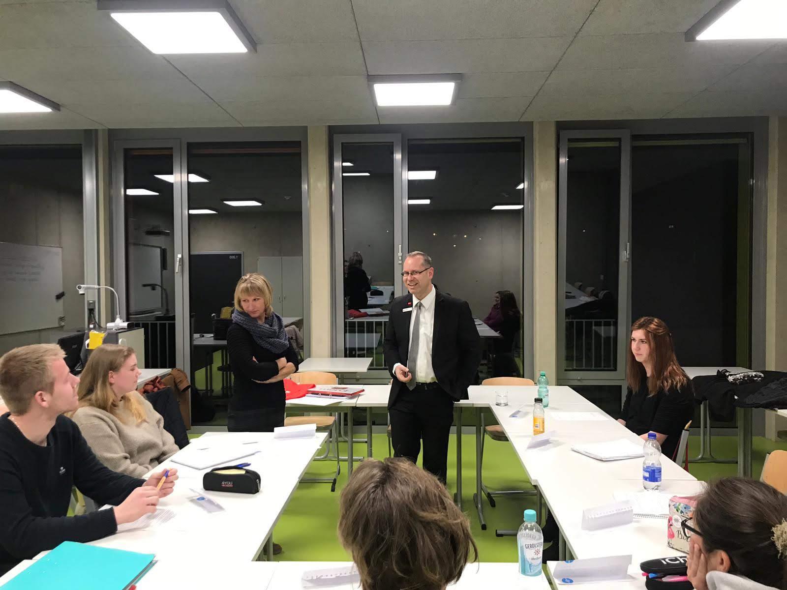Herr Vahland von der  Sparkasse Attendorn-Lennestadt-Kirchhundem besucht die Planbanker der H3 des Abendgymnasiums in Attendorn