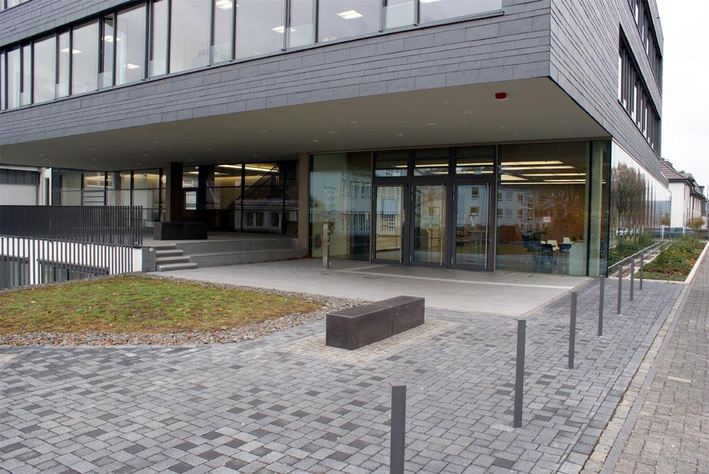 Der Eingang zur Schule